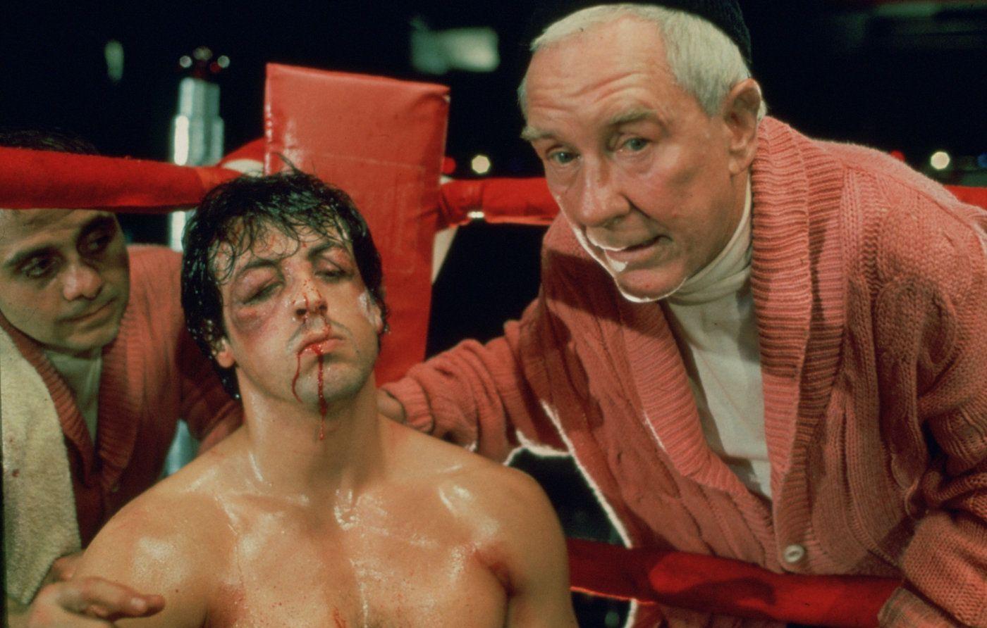 Co Rocky dostaje od swojego trenera w retrospekcjach w filmie Rocky V?
