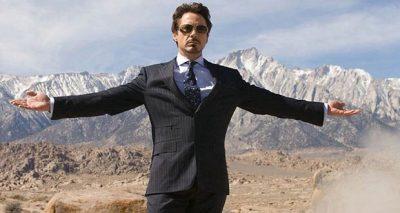 """Tony Stark wyjawia światu, że jest Iron Manem - wydźwięk i siłę tej sceny wzmacnia jeszcze rozbrzmiewający w tle """"Iron Man"""" zespołu Black Sabbath (""""Iron Man"""")"""